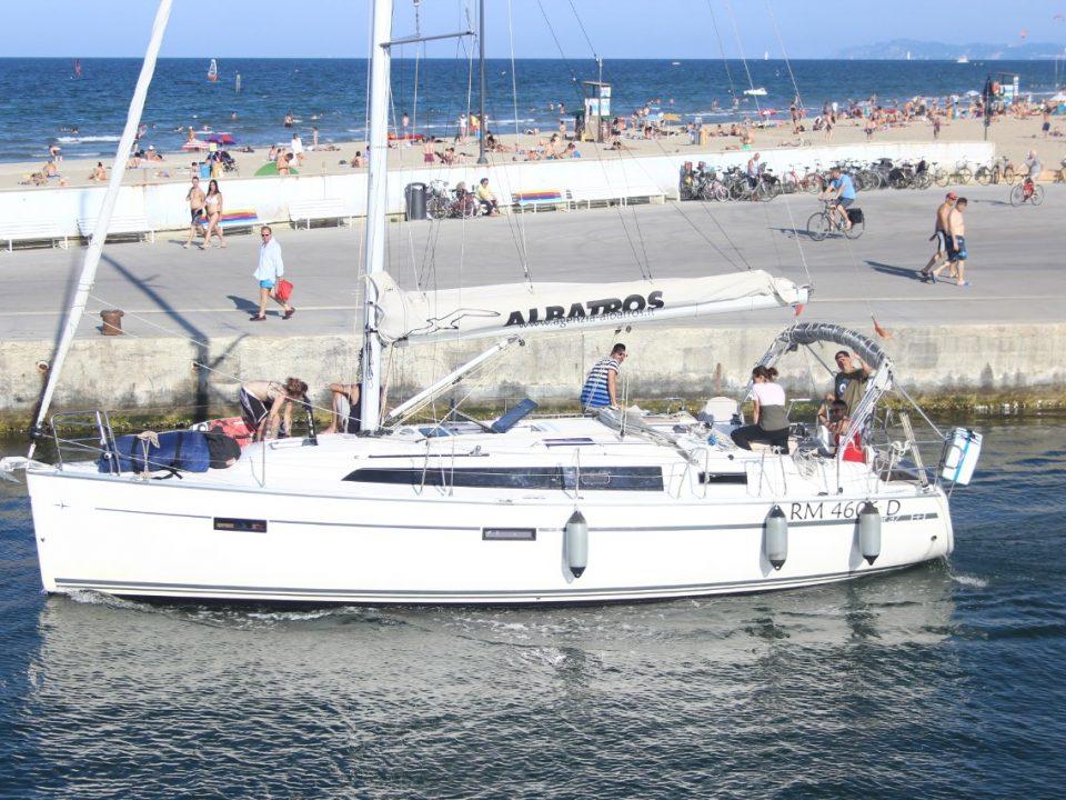 La goletta del Centro Osservazione e diagnosi della Cooperativa Sociale Cento Fiori esce dal porto di Rimini