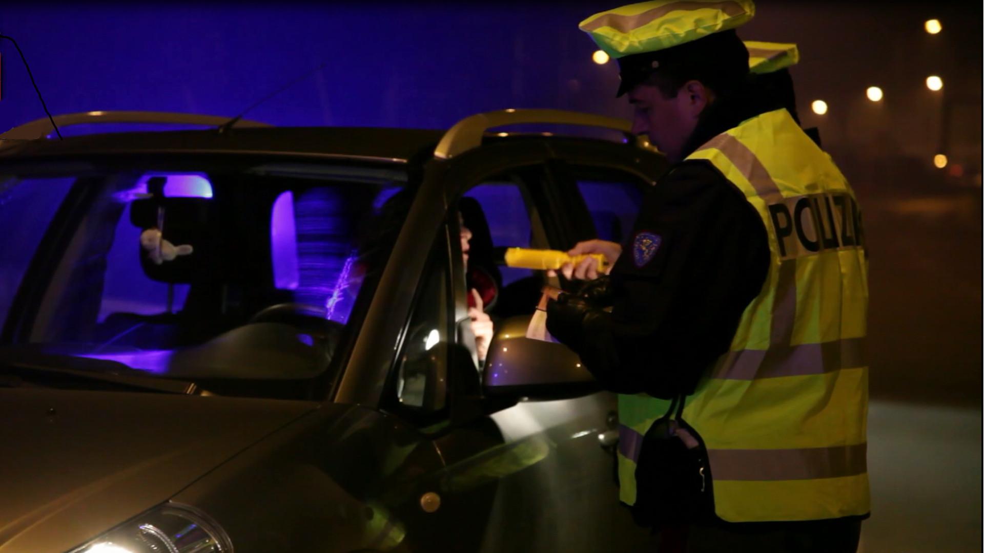 Agente di Polizia di Stato ocntrolla automobilista con dragometro - foto tratta da poliziadistato.it