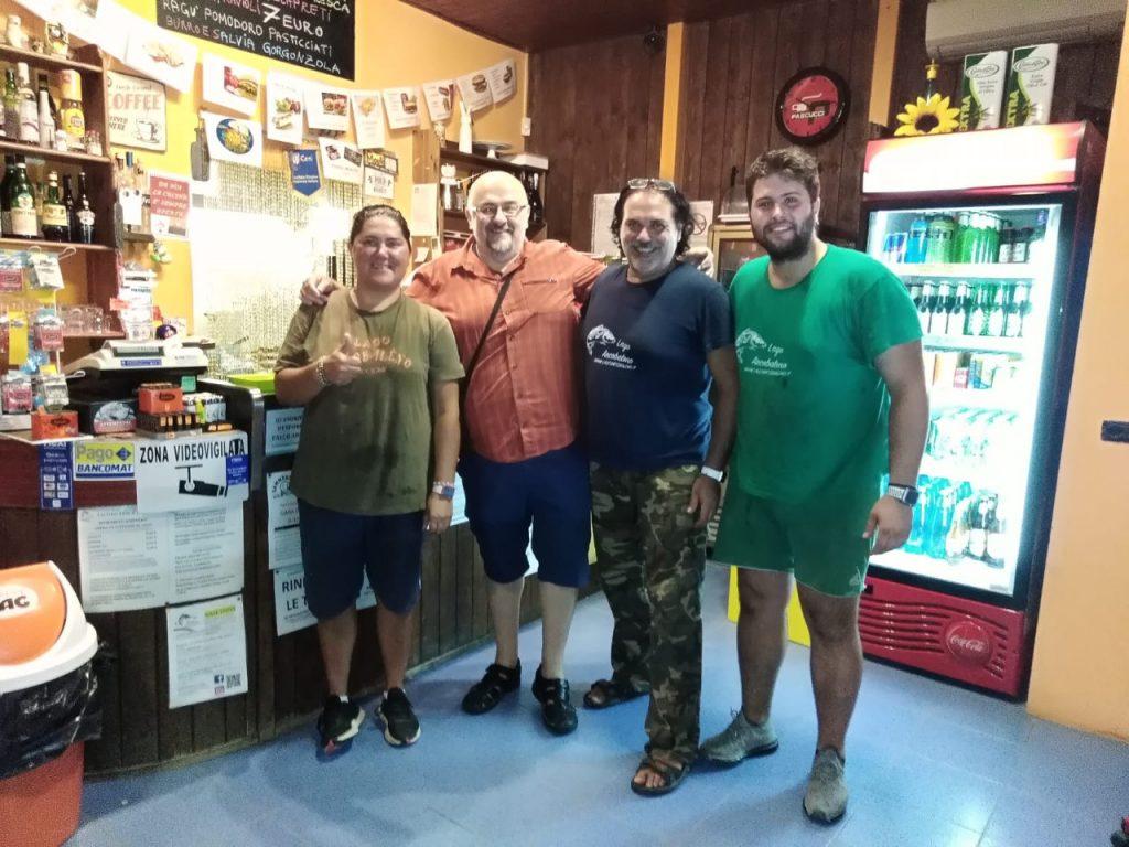 Foto di gruppo con i gestori del Lago Arcobaleno