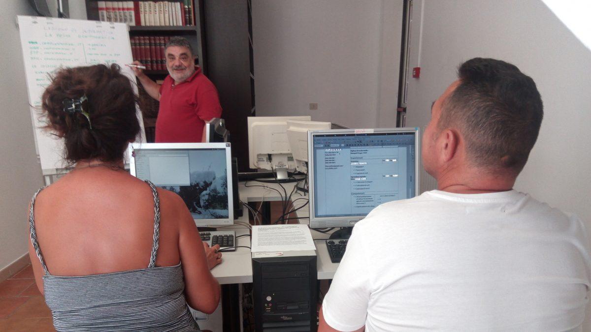 Studenti durante il corso di informatica alla Comunità Terapeutica di Vallecchio