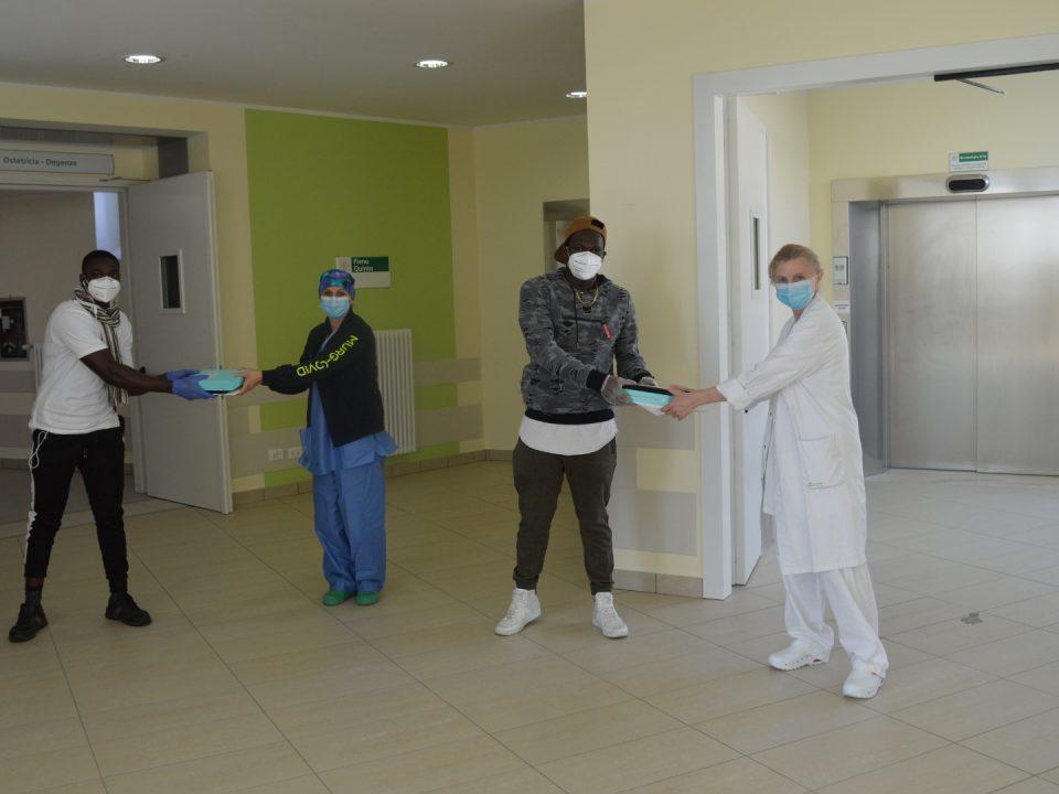 Richiedenti asilo donano due tablet per i pazienti covid 19 all'ospedale Infermi di Rimini